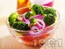 Рецепта Салата с броколи, чушки и моркови